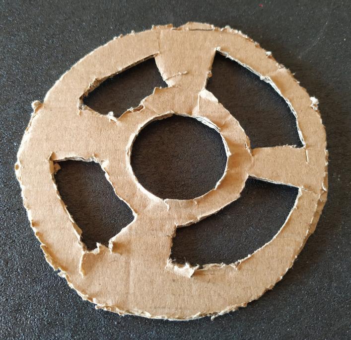 Rodela de papelão que sustenta o motor do aspirador de pó